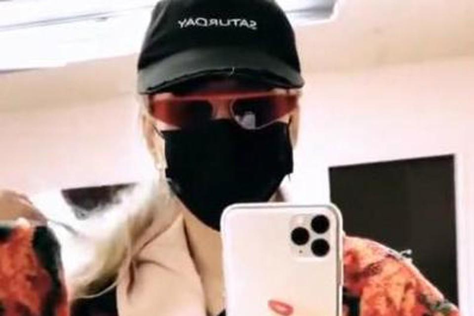 Светлана Лобода передвигается по аэропорту в стильной черной маске