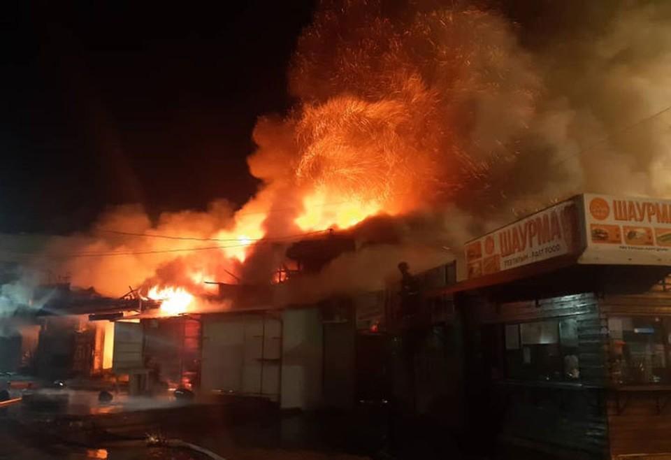 На Ошском рынке загорелся магазин с одеждой.