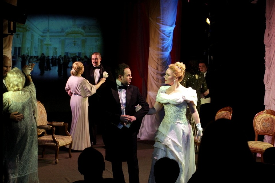 Спектакль, отсылая к вроде бы незамысловатому содержанию, на самом деле рассказывает о судьбе женщины и мужчины