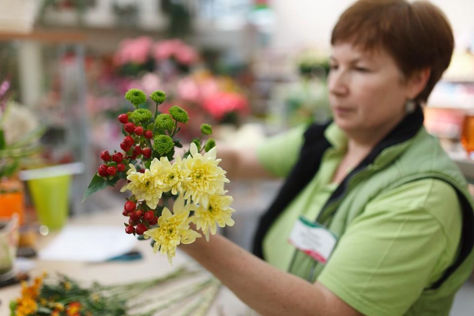 Флорист за работой.
