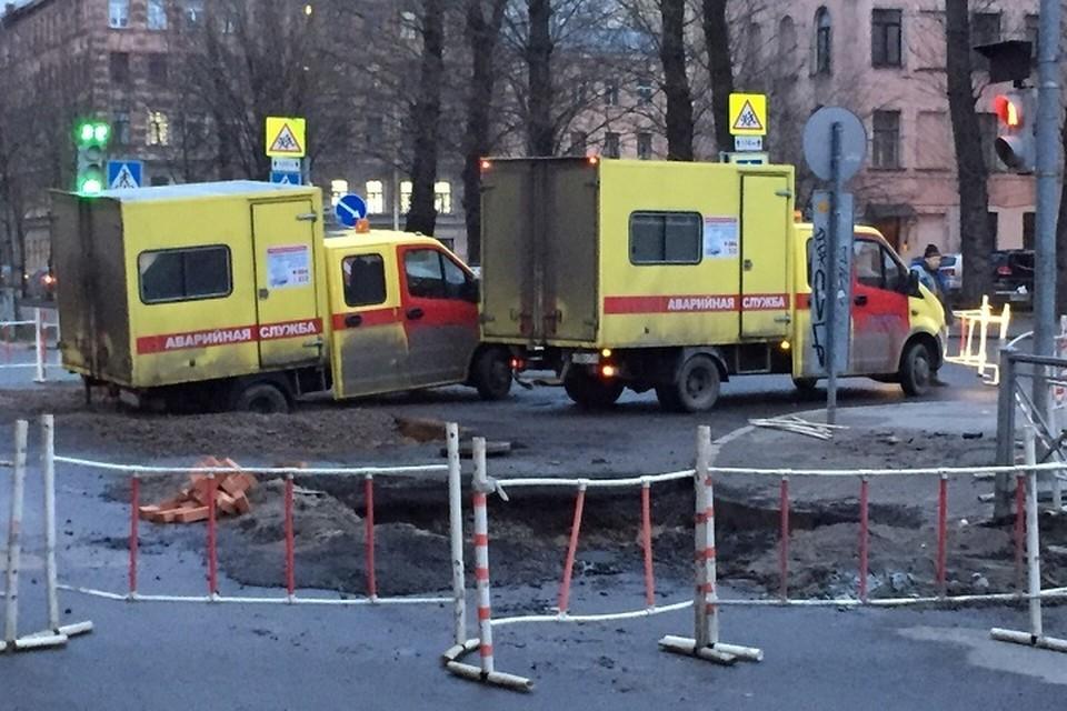 Аварийный автомобиль провалился в асфальт, приехав ограждать другую большую дыру в центре Петербурга