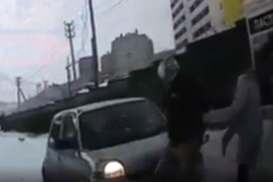 Люди чудом уцелели после заноса авто.Фото: screenshot видео