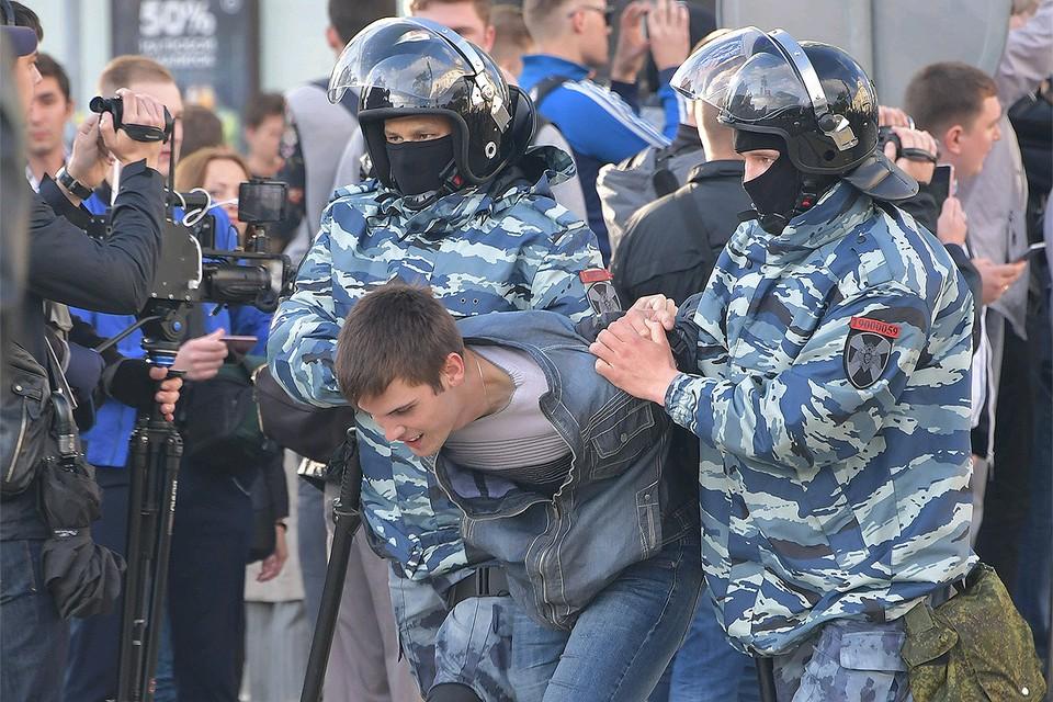 Сотрудники Росгвардии проводят задержание во время акции в поддержку независимых кандидатов в депутаты Мосгордумы, август 2019 г.