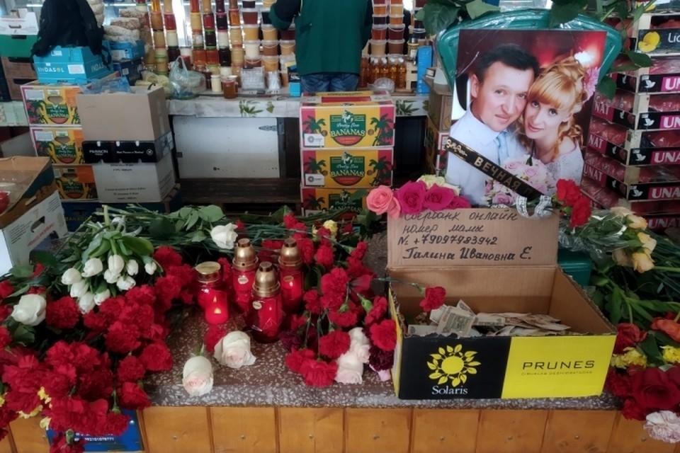 Торговое место, где работали Вадим и Дарья, утопает в цветах.