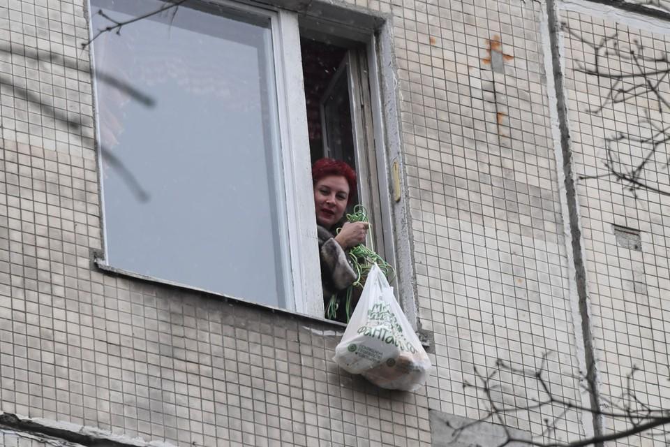 Передача продуктов Дарье Асламовой через окно.
