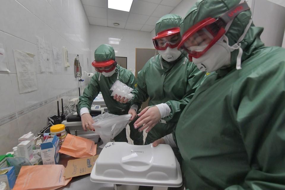 Сотрудники санитарно-эпидемиологического контроля в медпункте аэропорта Шереметьево