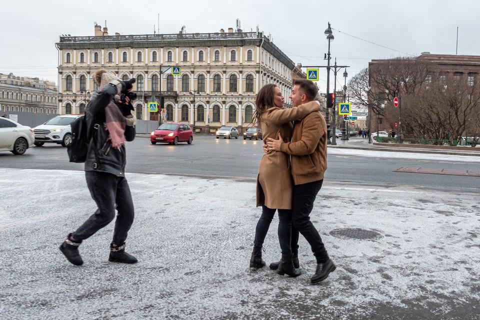 В последний день зимы обещают небольшой снежок. Но влюбленным любая погода - в радость.