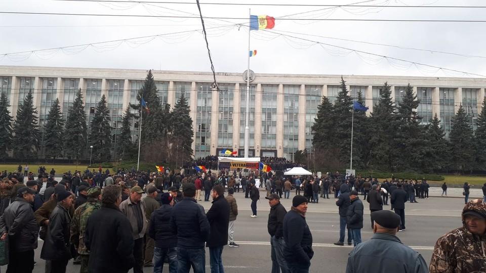 Комбатанты блокировали движение по Площади.