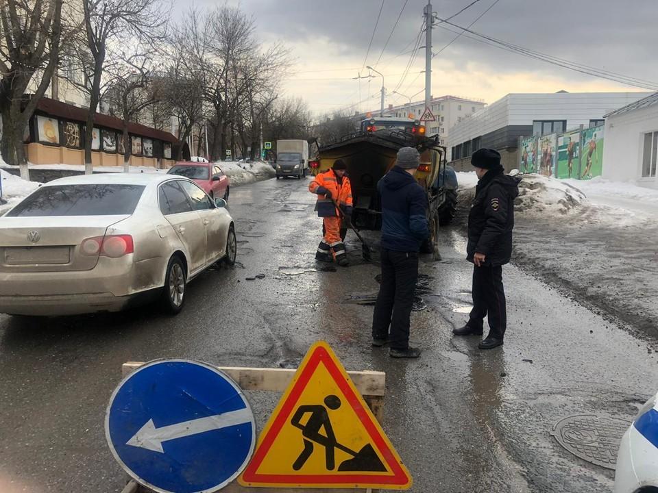 Тяжелая ситуация наблюдается на бульваре Ибрагимова, улицах 8 марта, Комсомольской, Комарова, Кемеровской, на которых давно не проводился ремонт.
