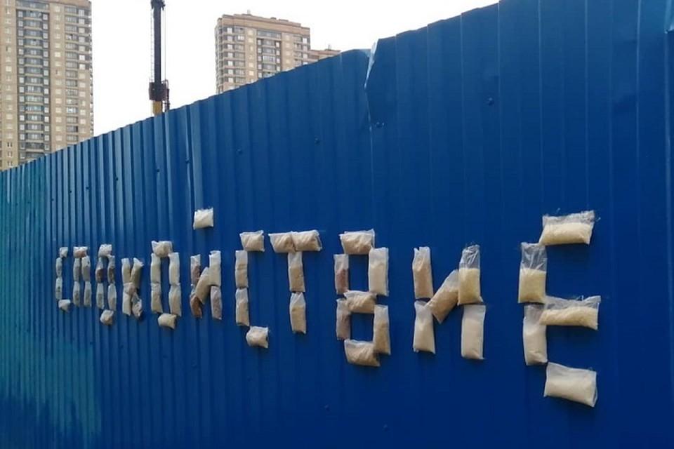 Как стеб над паникерами в Петербурге появилась инсталляция из гречки и риса. Фото: instagram.com/loketski