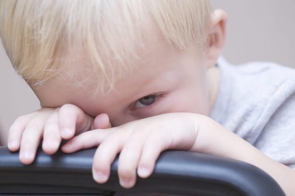 Если ребенок не хочет общаться со сверстниками, это может быть особенностью его характера, а может и серьезной проблемой.