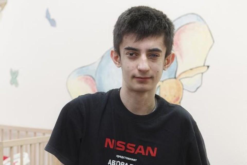 Мальчишку покалечило взрывом в Донецке, но он умен и не падает духом, вот только протезы на это не купишь
