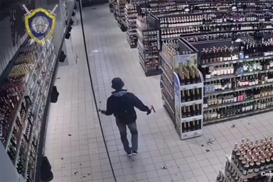18-летний парень разгромил топором гипермаркет. Фото: скриншот видео СК