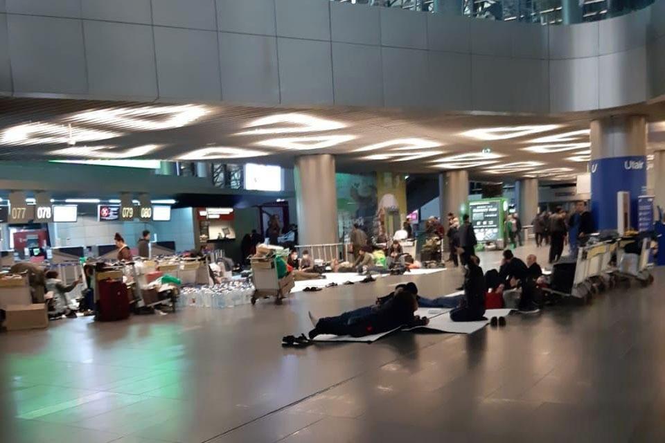 Люди вынуждены по несколько суток жить в аэропорту, ожидая редких рейсов