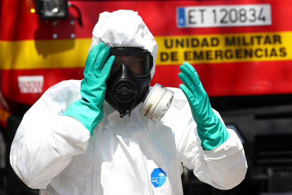 Испанский медик хватается за голову на фоне роста числа зараженных коронавирусом в стране.