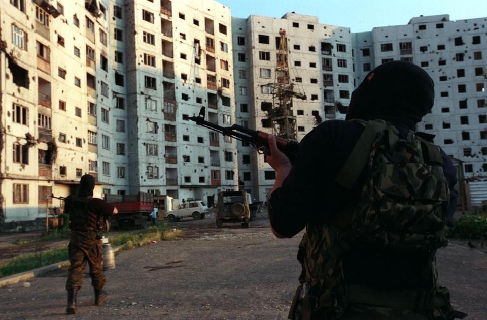 Боевик проходит в данном деле сразу по нескольким статьям - «Бандитизм», «Вооруженный мятеж» и «Посягательство на жизнь сотрудника правоохранительного органа».