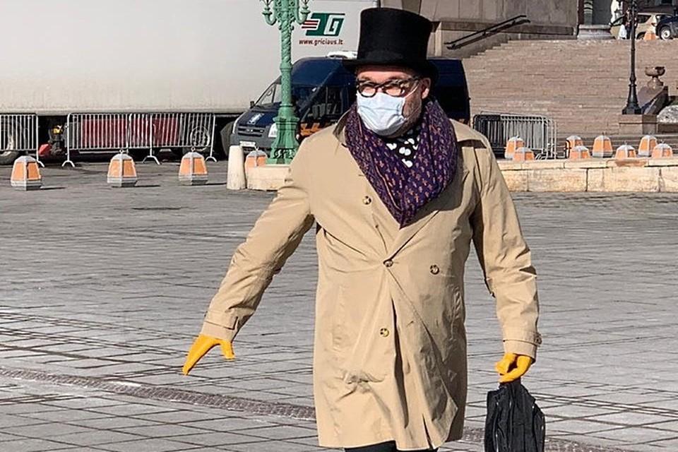 Александр Васильев в главном модном аксессуаре этой весны - защитной маске.