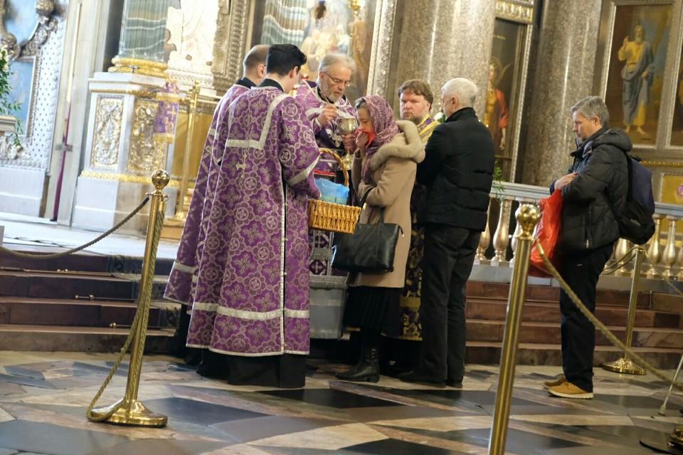 В Казанском соборе Санкт-Петербурга проводятся богослужения, несмотря на запрет властей