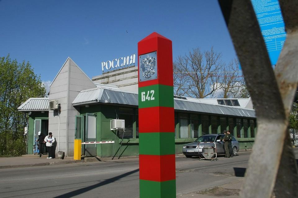 30 марта правительство временно ограничило движение через автомобильные, железнодорожные, пешеходные, речные и иные пункты пропуска на всех границах России.