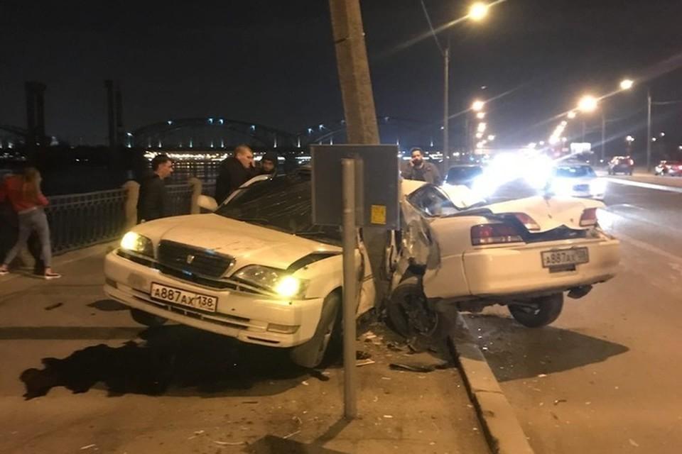 В результате аварии автомобиль практически разорвало пополам. Фото: ДТП и ЧП | Санкт-Петербург | Питер Онлайн | СПб