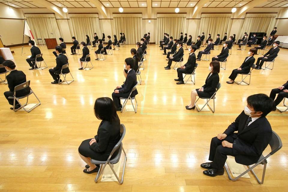 Последняя новость — правительство Японии осторожно допускает, что, если эпидемия пойдёт на спад, некоторые учебные заведения снова откроются уже через пару недель.