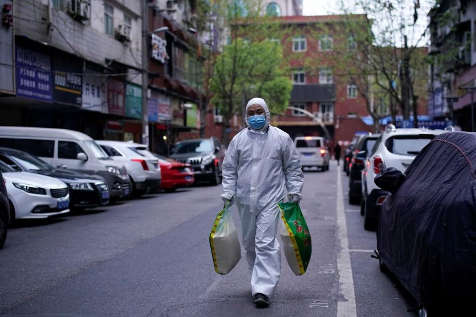 Китай, который один из первых взял под контроль эпидемию коронавируса, вновь оказался на пороге нового витка пандемии.