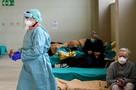 Коронавирус в Италии: В домах престарелых массово умирают старики без диагноза