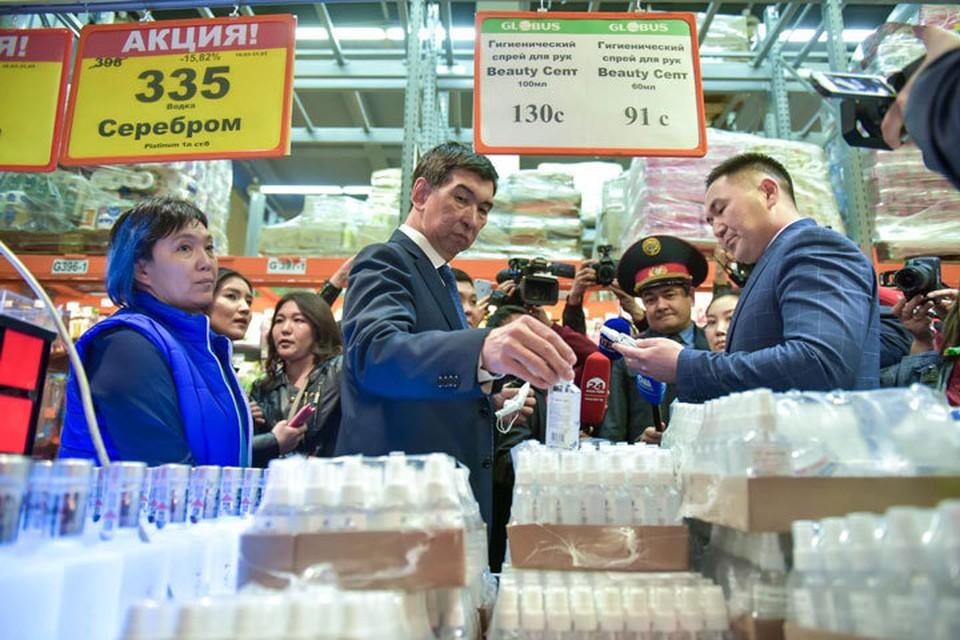 С подтверждением первых случаев заражения коронавирусом в Кыргызстане, цена на тот же антисептик подскочила в два раза. Сколько не уговаривал мэр Бишкека снизить стоимость на ходовой товар, во многих супермаркетах, да и аптеках он стоит втридорога. И это только один пример. Может с введением штрафов что-то изменится?
