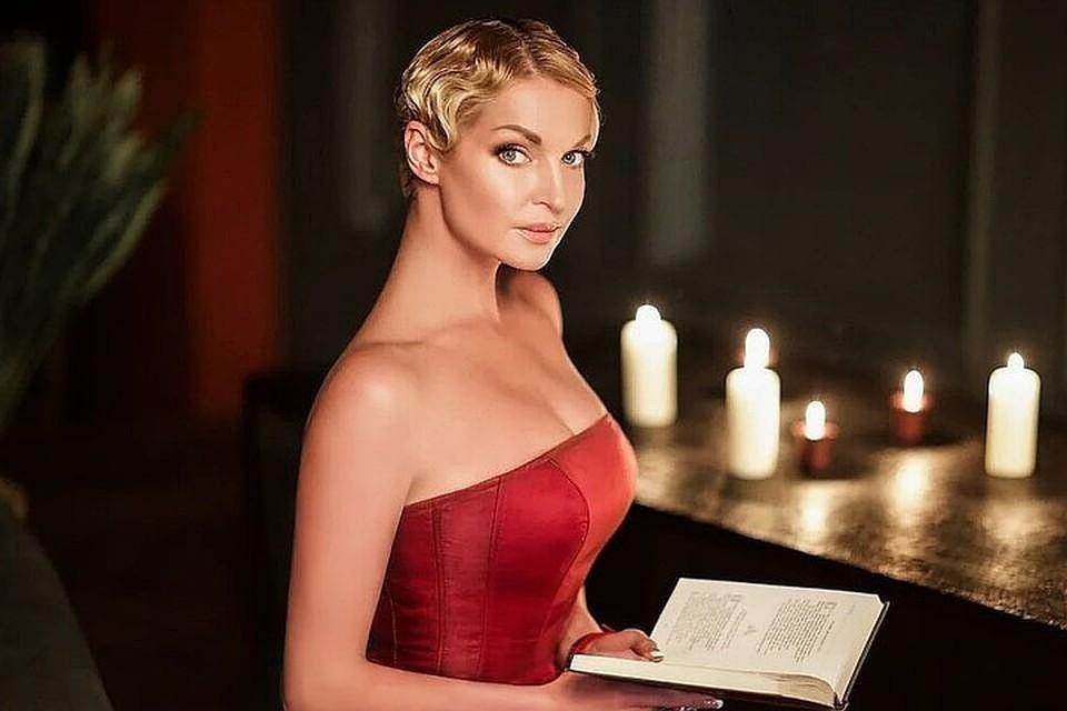 Анастасия Волочкова похвасталась поклонникам, как готовится к свадьбе с давним возлюбленным