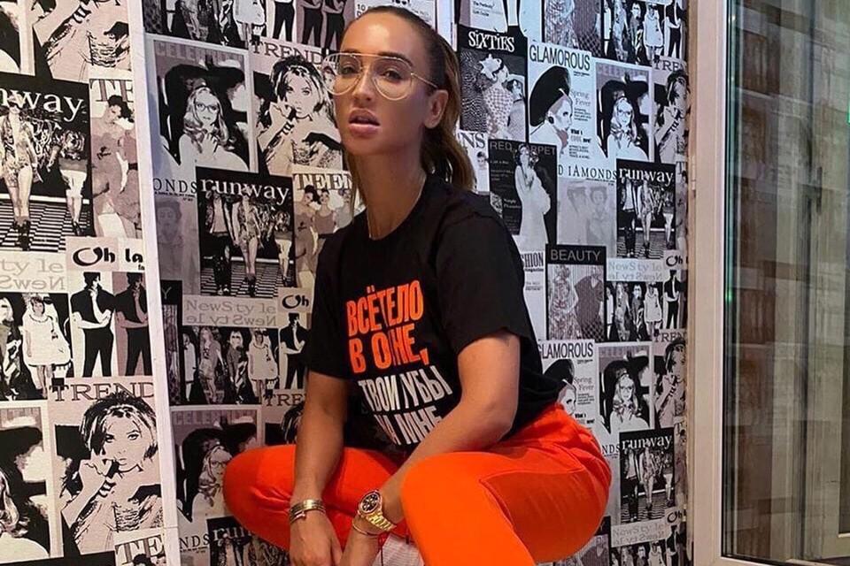 Фирменные хлопковые футболки по 3 тысячи рублей продает по-прежнему ведущая шоу «Дом-2» Ольга Бузова.