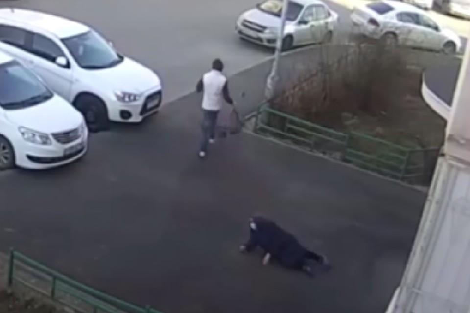 Момент ограбления бабушки попал на видео.