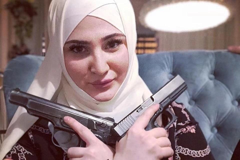 Малика часто появлялась на публике с оружием - холодным и даже огнестрельным