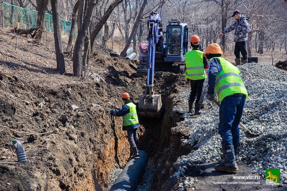 Ремонт канализации в парке Минного городка. Фото: сайт администрации Владивостока