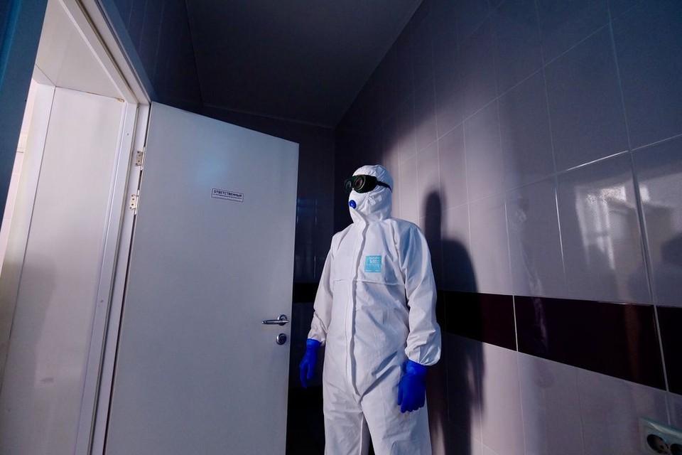Медики носят защитные костюмы, чтобы противостоять заразе. Фото: минздрав НСО.