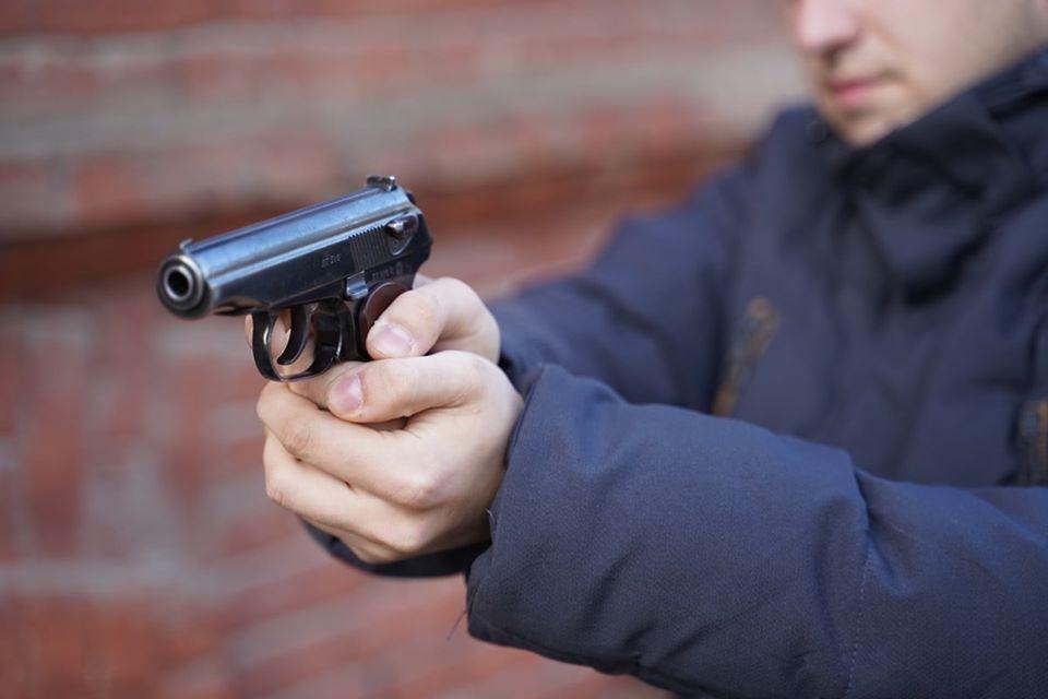Мужчина открыл стрельбу по полицейским.