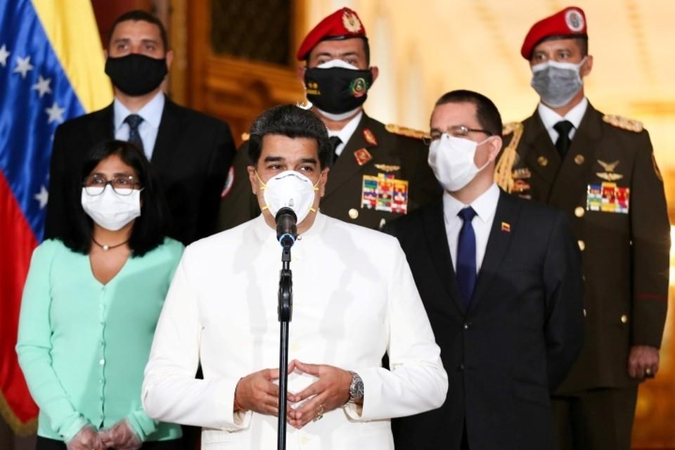 Президент Венесуэлы Николас Мадуро (в центре)