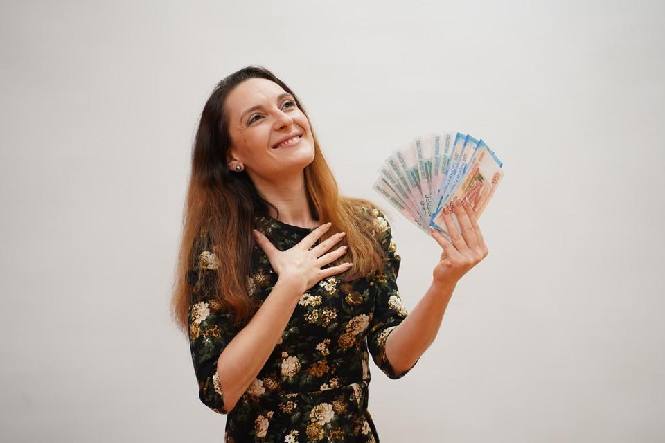 49% опрошенных в случае нехватки средств на повседневные нужны брали деньги в долг у своих близких, реже россияне берут кредиты в банке или оформляют кредитные карты
