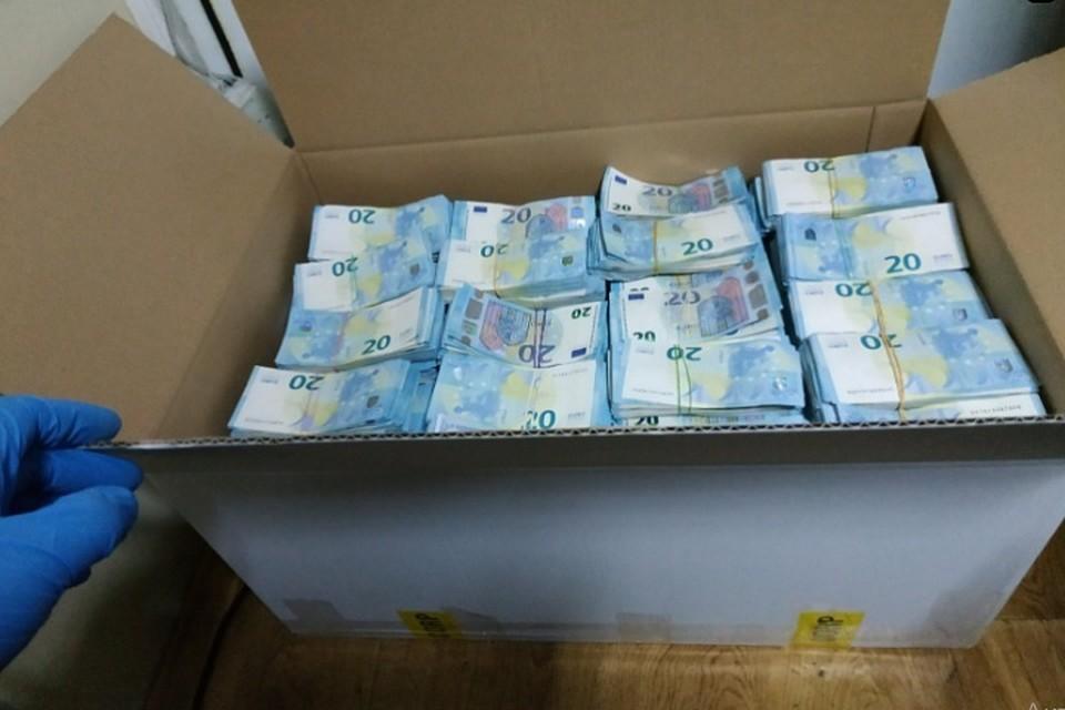 Деньги еще продолжают считать (Фото: Таможенная служба Молдовы).