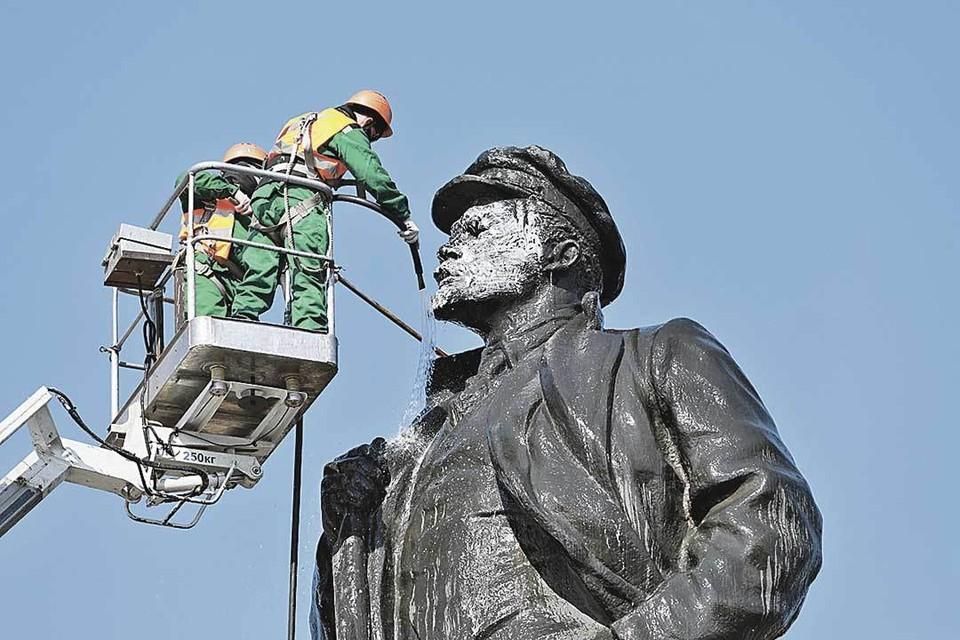 Отмыть и освежить каждой весной образ могильщика буржуазной России не так просто. Только в нашей стране до сих пор стоят около 6 тысяч памятников Ленину!