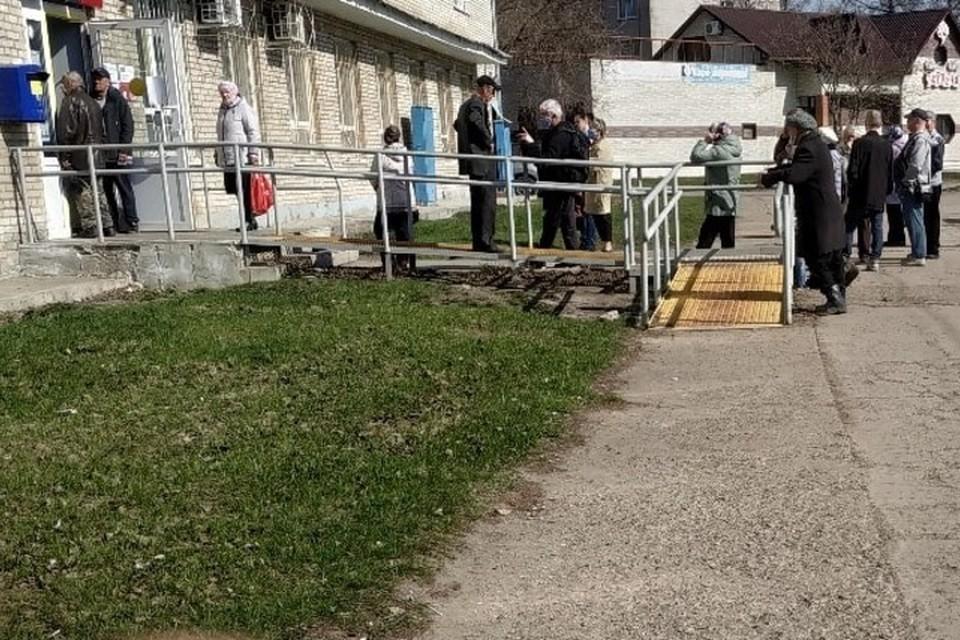 Возле отделений стоит по 20 человек. Фото: Гражданский патруль