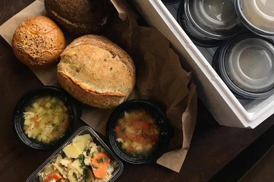 Ужин для врачей: куриный суп с фасолью и овощами, запеканка из трески с картофелем. Фото: ресторан Gong.