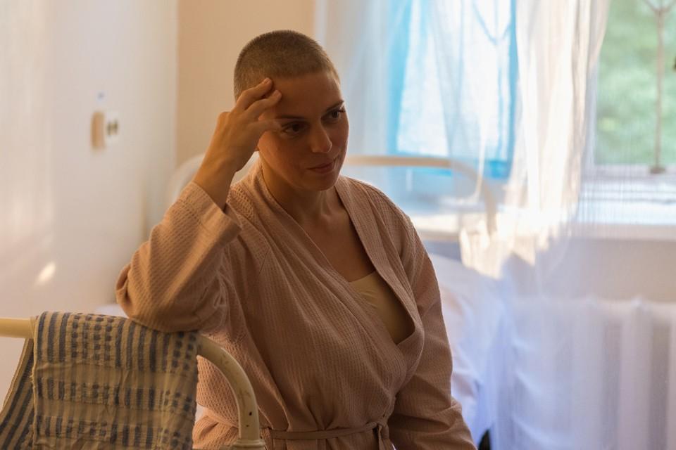 Ради съемок Нелли Уварова побрила голову на голо. Фото: kino.mail.ru
