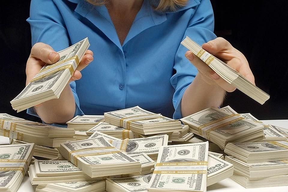 Эксперты предполагают, что россияне начали забирать валюты других государств из-за обвала курса российской валюты и ситуации на рынке энергетических ресурсов