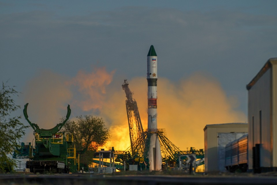 На ракету нанесли логотип годовщины, а также изображения георгиевской ленты и орденов. Фото: Роскосмос