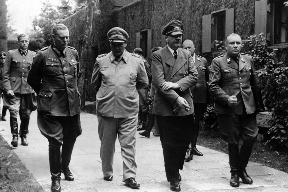 Вильгельм Кейтель, рейхсминистр авиации Герман Геринг, Адольф Гитлер и начальник партийной канцелярии НСДАП, ближайший соратник Гитлера Мартин Борман. Фото: http://waralbum.ru