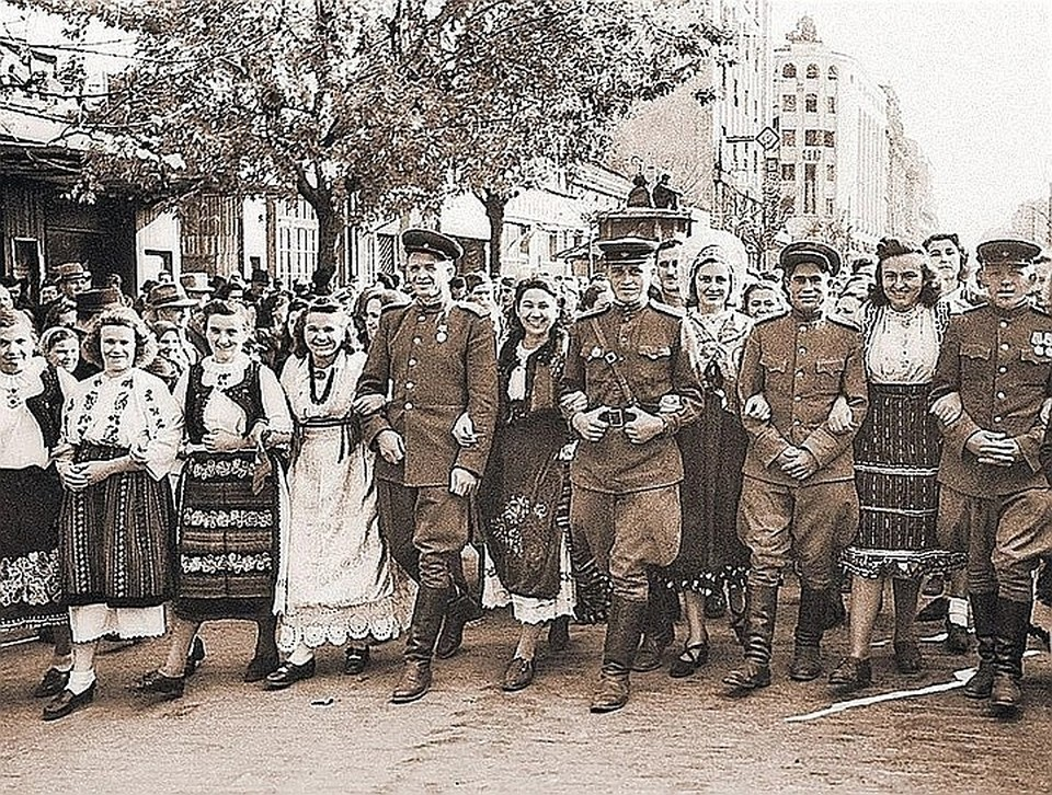 Жители Югославии с советскими воинами на улицах освобожденного Белграда. 14 апреля 1945 г.