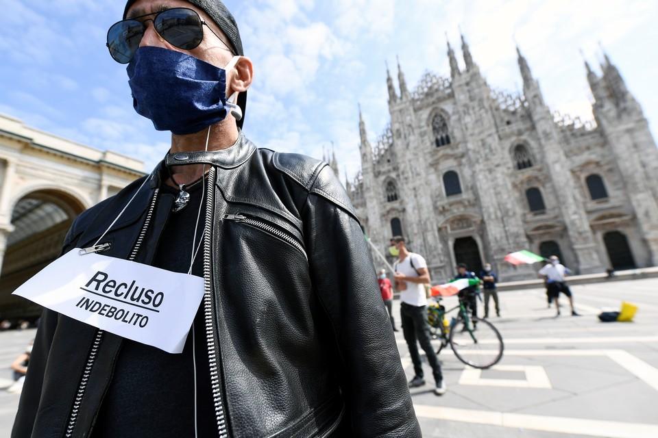 Протестующий участвует в демонстрации против экономических последствий карантина