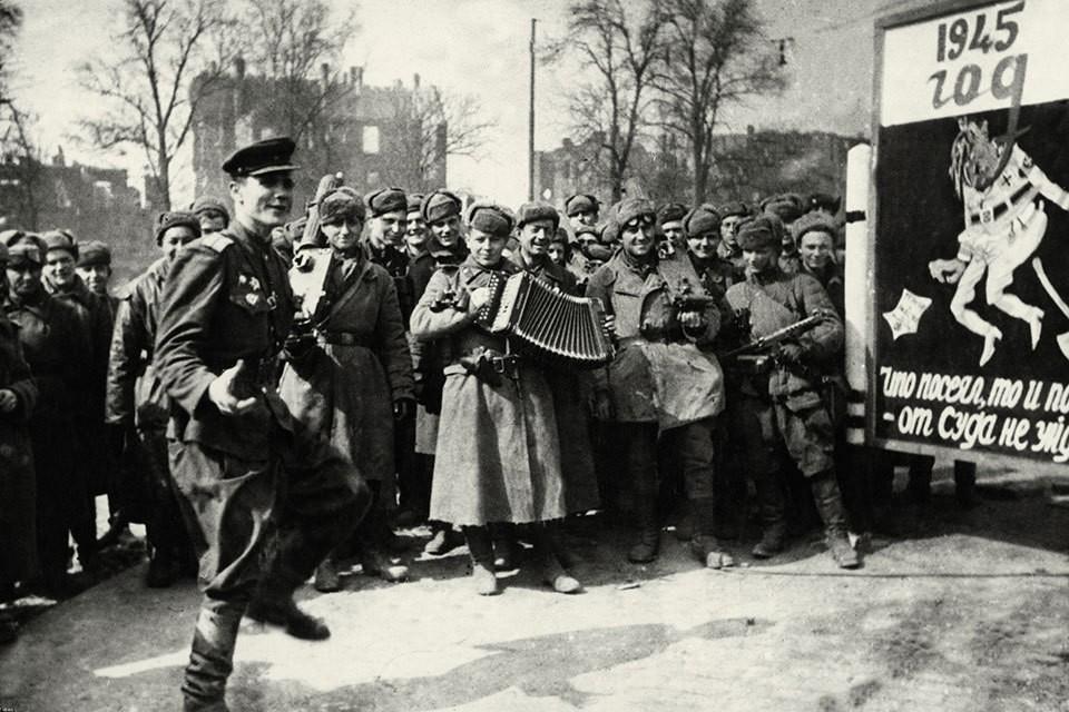 Советские солдаты празднуют победу на улицах Берлина