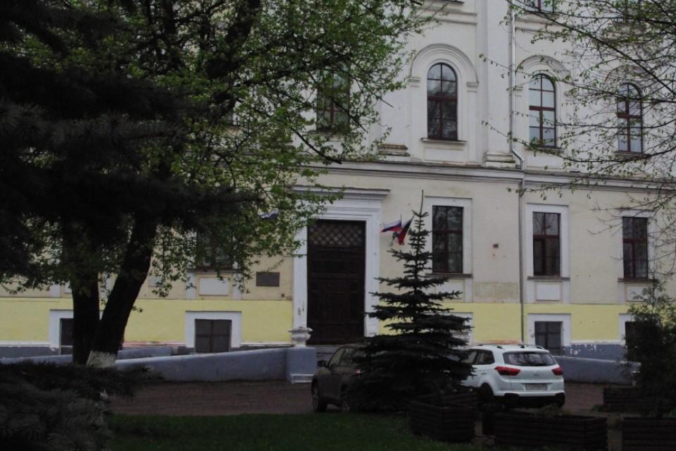 С 90-х годов таблички располагались на здании медицинского вуза справа от входа, сразу за первым окном.