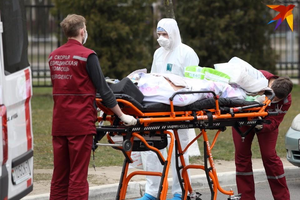Белорусским медикам стали постепенно вводить доплаты за работу с коронавирусными больными.